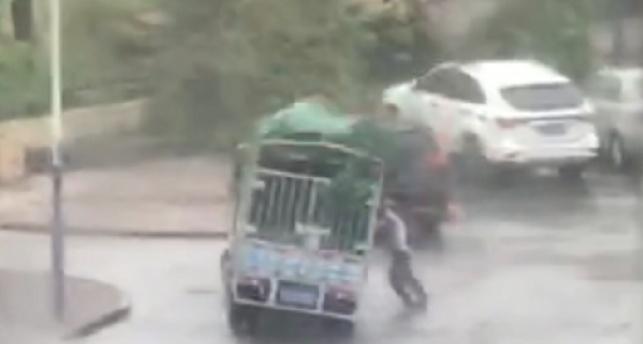 מפחיד: המשאית עפה ומחצה למוות • צפו