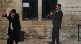 """חיים קירשנבוים ניגן """"בר יוחאי"""" בחצר הריקה"""