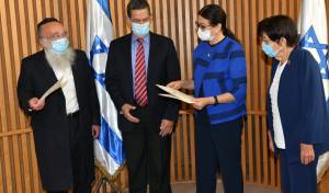 קרליץ, משמאל - עם חברי הוועדה ונשיאת העליון