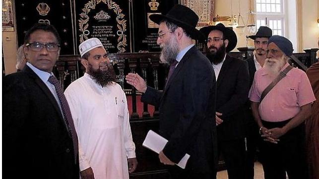 הרב אברג'יל עם האימאם ג'מאיל בבית הכנסת