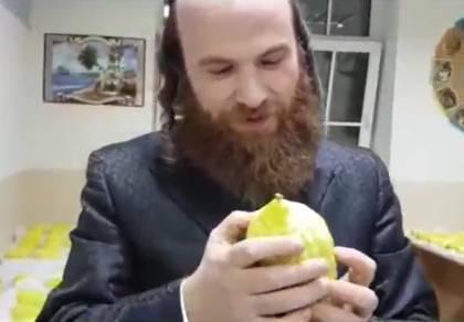 הרב קרלינסקי עם האתרוג