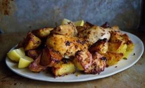 עוף שלם צלוי עם תפוחי אדמה בסגנון יווני - עוף ותפוחי אדמה בסגנון יווני לראש השנה