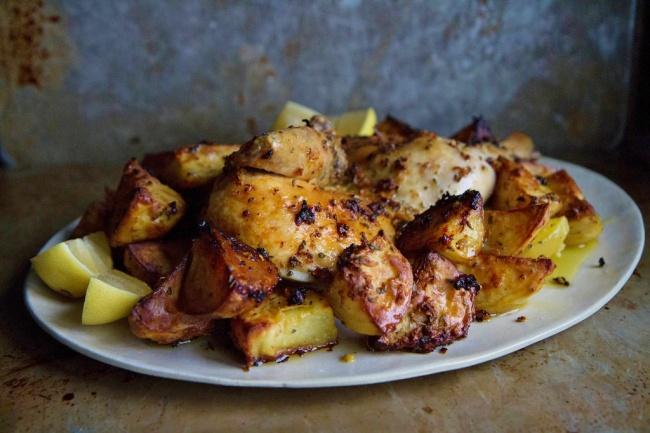 עוף שלם צלוי עם תפוחי אדמה בסגנון יווני