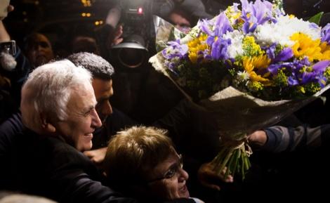 משה קצב שוחרר מהכלא והתקבל בפרחים