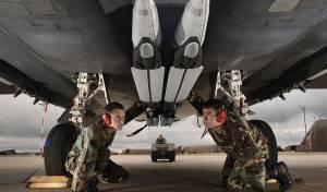 הפצצות החכמות מותקנות על מטוס