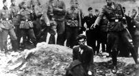 יהודי נרצח בקבר אחים בשואה