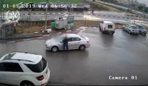 צפו בנהגת האמיצה מניסה את גנב הרכבים
