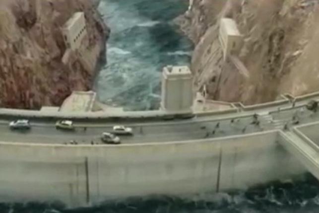 רכבי התושבים על הגשר שמעל מי האגם הגועשים