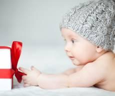 תינוק עם מתנה
