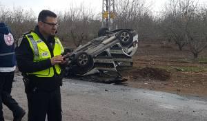התנגשה בניידת ונהרגה; שני שוטרים נפצעו