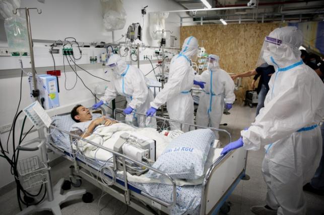 אחיות בבית החולים זיו, עם חולה קורונה מדומה