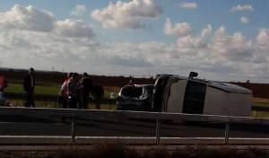 זירת התאונה - אברך נפצע בינוני בהתהפכות רכב הסעות