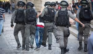 כוחות המשטרה עוצרים פורע בשער האריות