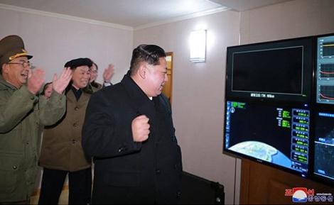 """קים ג'ונג און באחד הניסויים - """"הכפתור לשיגור נשק גרעיני - על שולחני"""""""