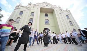 """בית הכנסת העתיק נחנך בהכנסת ס""""ת. צפו"""
