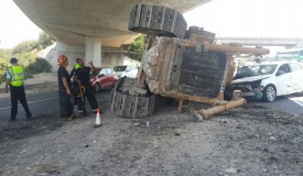 טרקטור פגע בגשר ונפל מהמשאית על רכב