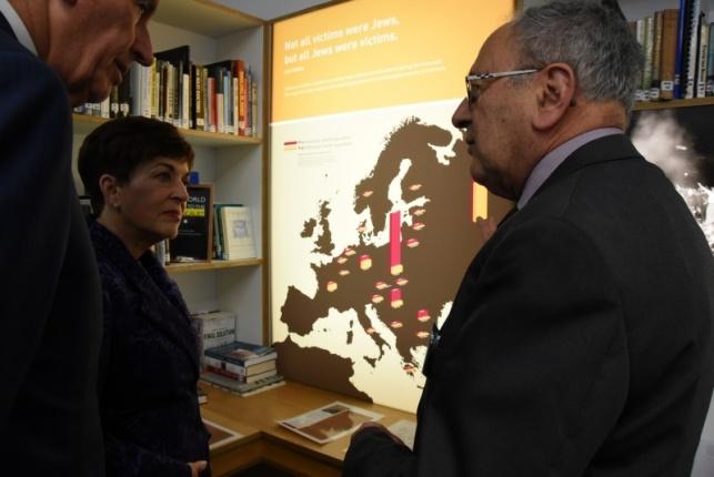 סיר סטיבן סדלי במוזיאון השואה יחד עם המושלת