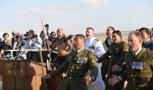 חיילי ניו זילנד בריקוד קרב מאורי מסורתי • צפו