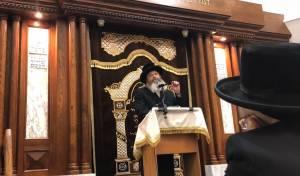הרב קאהן נואם בבית כנסת בעיר