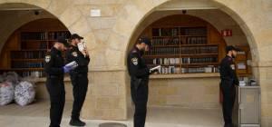 שוטרים מתפללים בכותל, הבוקר