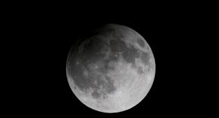 ליקוי ירח לפני כשנה בירושלים - בשעה 20:18, בשמי ישראל: ליקוי ירח חלקי