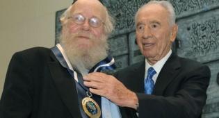 הרב שטיינזלץ עם הנשיא פרס