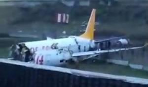 צפו: מטוס טורקי החליק מהמסלול - והתפרק