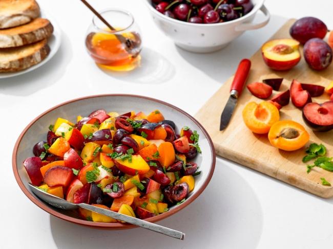 סלט פירות ברוטב נענע ודבש