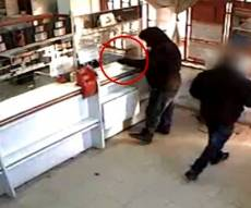 """""""זה שוד"""": נכנס לבנק  ושדד כסף מהקופאיות"""