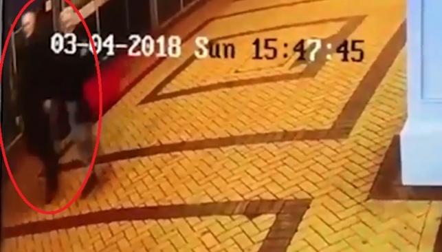 התיעוד של האב ובתו במצלמות האבטחה
