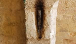 פורעים שרפו את מזוזת הקבר והשליכו לפח