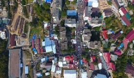 מבט מהאוויר: צפו בעשרות האלפים באומן