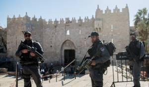 """שוטרים בשער שכם - משפיל: כך חיילי צה""""ל נוסעים לכותל המערבי"""