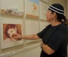 """אילנה ראדה לצד תמונת בתה תאיר ז""""ל - """"לבדוק קשר בין הרוצח ממגדל לרצח תאיר"""""""
