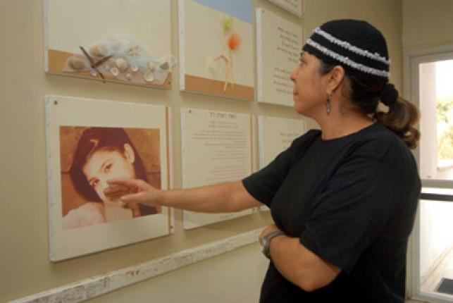 """אילנה ראדה לצד תמונת בתה תאיר ז""""ל"""