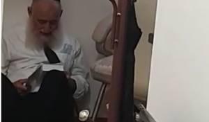 בדמעות: הגאון רבי ראובן אלבז בתיקון חצות