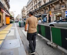 רוכב קורקינט חשמלי בפריז
