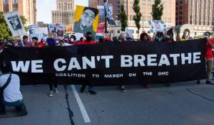"""צעדה של תומכי פלויד עם הססמה: """"אנו לא יכולים לנשום"""""""