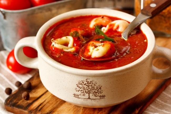 מרק טורטליני עם עגבניות ובזיליקום