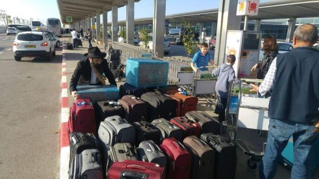 שליח אחד, 3 טיסות, 30 שעות  ו-30 מזוודות