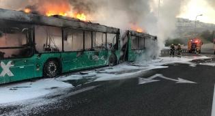 צפו: אוטובוס בער כולו בכביש בגין בירושלים