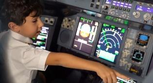 צפו: ילד בן שש מדהים את הטייסים במטוס