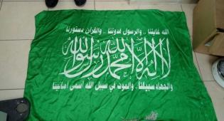דגלי החמאס שנתפסו ברשותו - גניבה - כנקמה: פרץ לדירות בי-ם ותכנן פיגוע