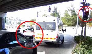 צפו: רכב ללימוד נהיגה חוצה צומת באדום