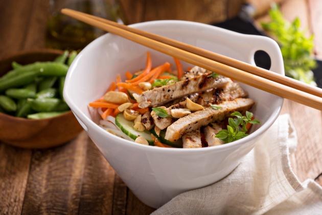 סלט עוף ואטריות אורז בנוסח ויאטנם