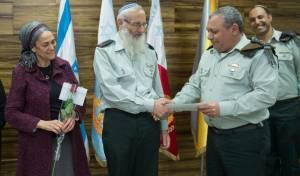 """הרב אייל קרים בטקס, לצד הרמטכ""""ל ורעייתו"""