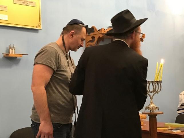 נרות חנוכה בכלא - נר שלישי של חנוכה עם אסירים יהודים בכלא
