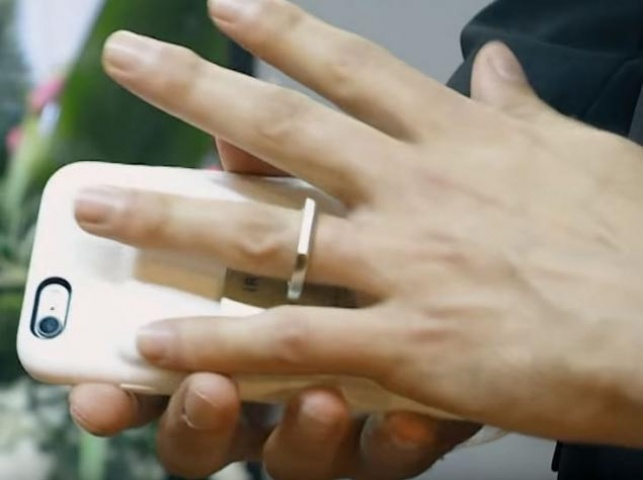 """תושב ארה""""ב """"התחתן"""" עם הסמרטפון שלו"""