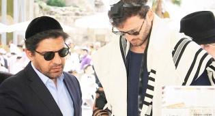 צפו: השחקן  מייקל לואיס בתפילה ברחבת הכותל