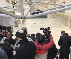 """רק העיתונאים הורשו לעמוד קדימה, בעת ביקור פנס בכותל - הרב התנצל על """"תקרית העיתונאיות"""" בכותל"""